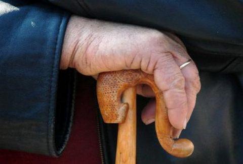 Άλιμος: Πρωτοφανές περιστατικό - Γιαγιάδες «έπαιξαν» ξύλο με μαγκούρες