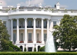 Εκατοντάδες άνθρωποι συγκεντρώθηκαν στη μία τα ξημερώματα ώρα Ελλάδος, έξω από τον Λευκό Οίκο στην Ουάσινγκτον αψηφώντας την απαγόρευση κυκλοφορίας. Το πλήθος γονάτισε την ώρα που άρχιζε η απαγόρευση της κυκλοφορίας φωνάζοντας συνθήματα όπως «αυτό είναι το πρόσωπο της δημοκρατίας», ή «δεν θα φύγουμε».