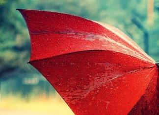 Έγινε Viral η γυναίκα που πήγε για μπάνιο με ομπρέλα