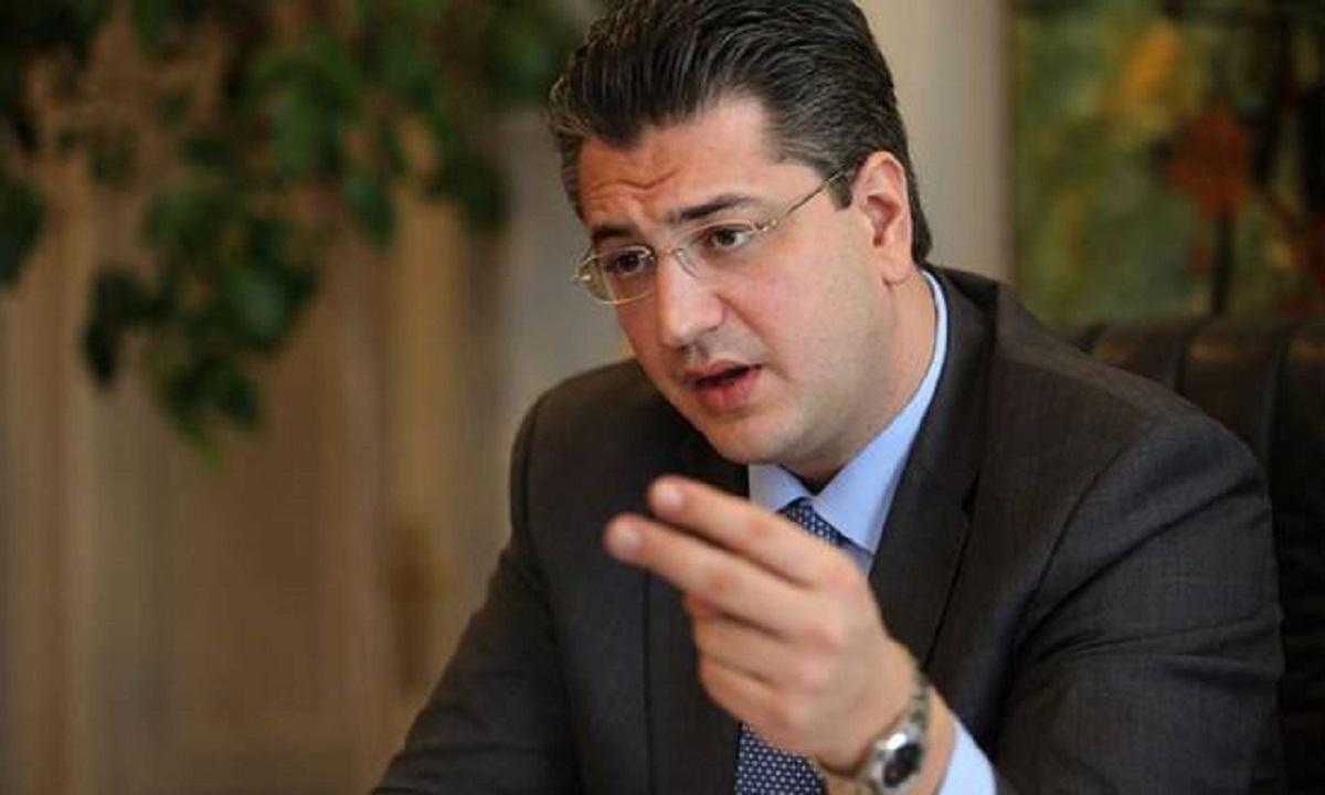 Άλλωστε, ακόμη και ο Άδωνις Γεωργιάδης είχε κατορθώσει να συσπειρώσει το 7-8% εν δυνάμει ψηφοφόρων του κόμματος. Ο Απόστολος Τζιτζικώστας προπορεύονταν με περισσότερες από 10 εκατοστιαίες μονάδες του Κυριάκου Μητσοτάκη και, από τη δεύτερη θέση, πρόβαλε ως μοναδικός πιθανός υποψήφιος με δυναμική ανερχόμενου που θα τον έφερνε αντιμέτωπο στο «δεύτερο γύρο» με τον πανίσχυρο ως τότε Βαγγέλη Μεϊμαράκη. Η εσωκομματική επιρροή του πρώην προέδρου της Βουλής θεωρούνταν αδιαμφισβήτητη. Κυριαρχία που, ως ένα βαθμό, αντλούσε και από το πλεονέκτημα που είχε ότι ήταν ακόμη εν ενεργεία πρόεδρος της Νέας Δημοκρατίας. Η εκπροσώπηση του κόμματος κυρίως στη Βουλή αλλά και στα ευρωπαϊκά φόρα ενίσχυε σημαντικά την ηγετική πολιτική εικόνα του, σε συνάρτηση με την εδώ και χρόνια εδραιωμένη αντίληψη στην οργανωμένη κομματική βάση ότι εκφράζει «τη συνείδηση της παράταξης». Το ποσοστό της δύναμής του κυμαίνονταν με μικρές αποκλίσεις κοντά στο 50%, διατηρώντας σταθερή διαφορά ασφαλείας από την υποψηφιότητα του Απόστολου Τζιτζικώστα 15-20 (ως και 25) εκατοστιαίες μονάδες.