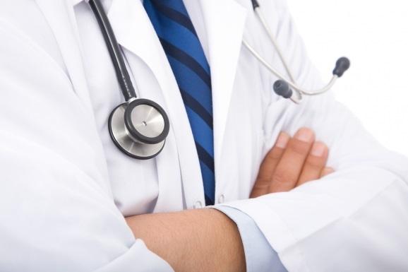 Ελεύθερος με εγγύηση 20.000 ευρώ, ο γιατρός που συνελήφθη για «φακελάκι» από καρκινοπαθή