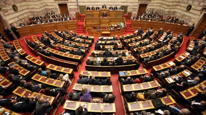 Βουλή: Σκληρή κόντρα για «καταιγίδα» τροπολογιών και ρύθμιση για διώξεις σε όσους εμποδίζουν πλειστηριασμούς