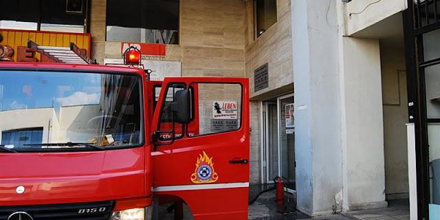 Υπό μερικό έλεγχο η πυρκαγιά σε κτίριο στο Μοναστηράκι