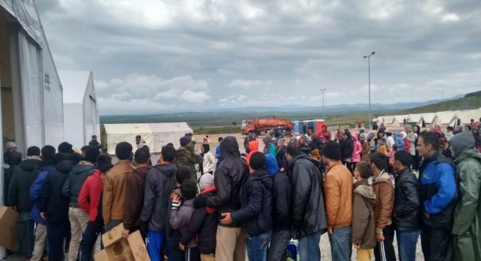 Σε εξέλιξη η επιχείρηση μετακίνησης 1.500 προσφύγων και μεταναστών από τη Λέσβο