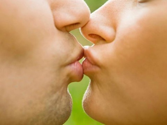 4 ασθένειες που μεταδίδονται με το φιλί