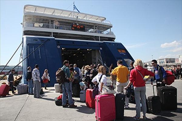 Η μεγάλη έξοδος - Χάος στον Πειραιά από τους χιλιάδες ταξιδιώτες