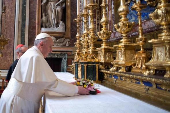 Πάπας,Λέσβος, γαλανόλευκα, τριαντάφυλλα,