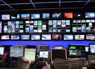 Πολύ γνωστή δημοσιογράφος ερωτοτροπούσε μέσα στο στούντιο μεγάλου καναλιού