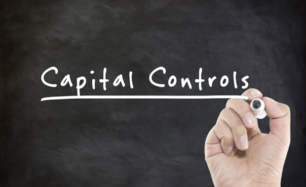 Fitch, χαλάρωση, capital controls,