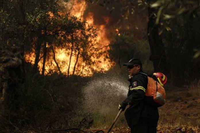 Μάχη με τις φλόγες στην Δυτική Ελλάδα