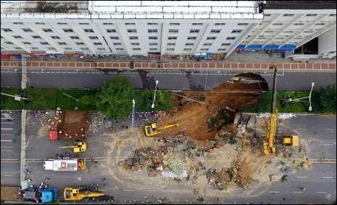 τρόμος, μεγάλη τρύπα,οδόστρωμα, κινεζική πόλη,