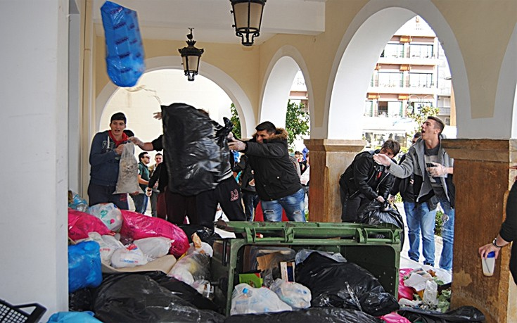 Δημαρχείο Ζακύνθου, πολίτες, ντομάτες, σκουπίδια,