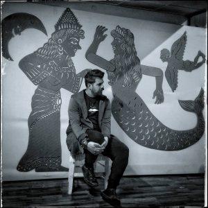 Ο Ηλίας Καρελλάς με τις μυθικές φιγούρες του (Κίρκη, Γοργόνα και Ίκαρο)