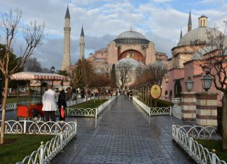 ΚΤΟΥΡΚΙΑ: Εκατοντάδες Τούρκοι προσευχήθηκαν τα ξημερώματα έξω από την Αγιά Σοφιά