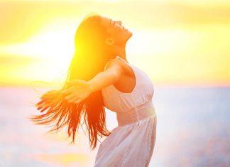 Ευτυχία: Σε ποια ηλικία κορυφώνεται - Τι αποκαλύπτει έρευνα