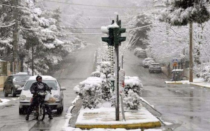 Καιρός: Ο «Φοίβος» φέρνει χιόνια στη Θεσσαλονίκη, σκόνη στην Αττική