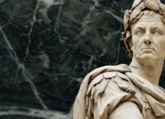 σαν σήμερα, τίτλος Αυγούστου, Ιούλιος Καίσαρας,