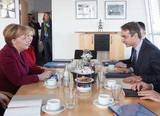 Η Μέρκελ θα πιέσει Μητσοτάκη να ψηφίσει την ένταξη των Σκοπίων στο ΝΑΤΟ