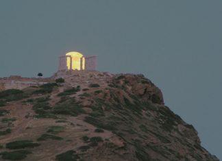 Το «ματωμένο φεγγάρι ανατέλλει πάνω από το Σούνιο