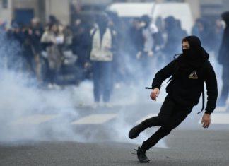 Παρίσι, δακρυγόνα, μαθητές,