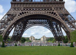 ΓΑΛΛΙΑ: «Λιώνει» ο πύργος του Άιφελ από τον καύσωνα – Τους 46 βαθμούς άγγιξε η θερμοκρασία