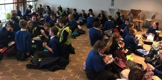 βρετανικό κοινοβούλιο, μαθητές, τραγούδια, φόβος,