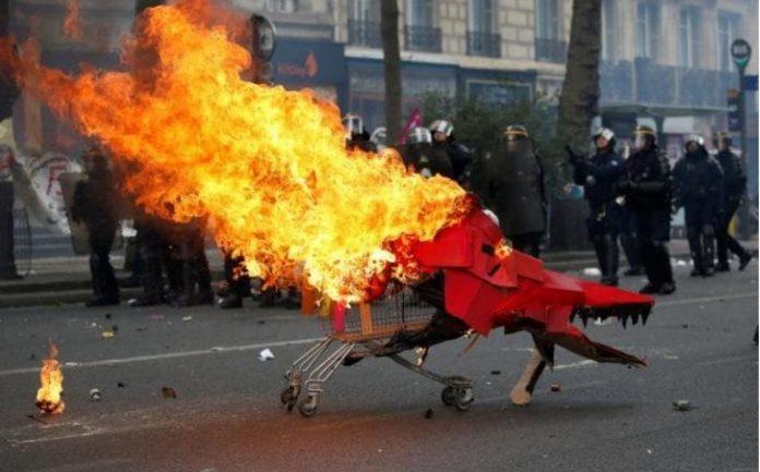 ΠΑΡΙΣΙ: Εκατοντάδες συλλήψεις, τραυματίες και ζημιές από τις διαδηλώσεις των «κίτρινων γιλέκων»