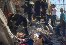 Σεισμός - Σμύρνη: Η στιγμή που διασώστες βγάζουν εγκλωβισμένο από τα συντρίμμια