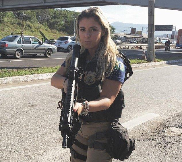 αστυνομικός, όπλο, μπικίνι,