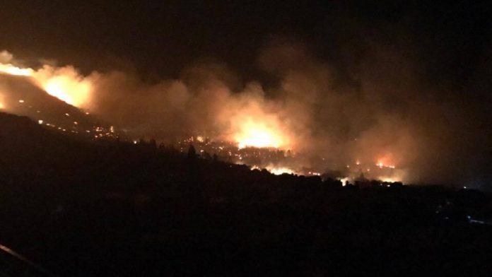 Κάρυστος: Εκκένωση σπιτιών στην μεγάλη πυρκαγιά