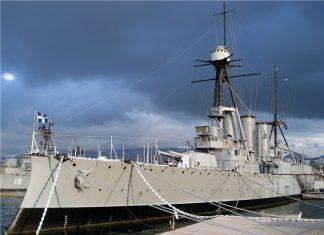 """Θεσσαλονίκη: Μέλος του πληρώματος του """"Αβέρωφ"""" σώζει άνθρωπο από τη θάλασσα"""