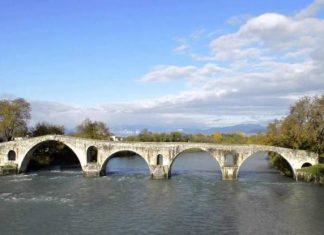 Η αναγκαιότητα, για την προστασία του ιστορικού γεφυριού, αναδείχθηκε με τις καταστροφικές πλημμύρες για την περιοχή, το 2015