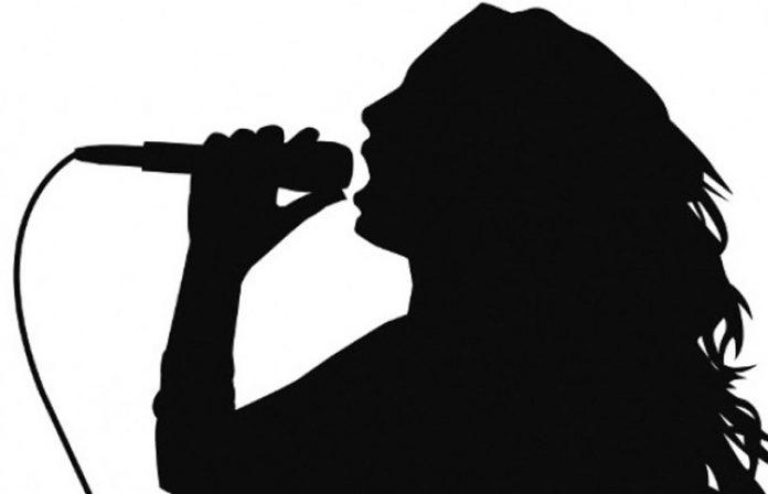 Διέρρευσαν στο διαδίκτυο γυμνές φωτογραφίες διάσημης τραγουδίστριας!