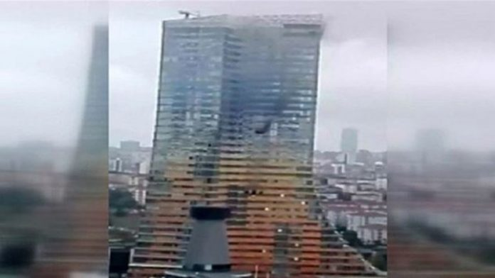 ΚΩΝΣΤΑΝΤΙΝΟΥΠΟΛΗ: Φωτιά σε ουρανοξύστη