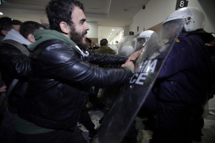 Ξύλο, χημικά και τραυματισμοί στο Ειρηνοδικείο Αθηνών για τους πλειστηριασμούς