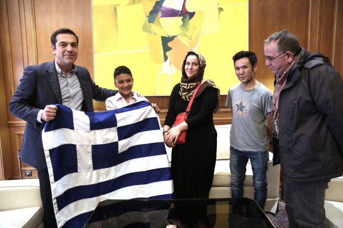 Ο Αλ. Τσίπρας δώρισε στον μικρό Αμίρ την ελληνική σημαία