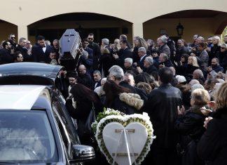 Συγκίνηση στην κηδεία του δημοσιογράφου Βασίλη Μπεσκένη