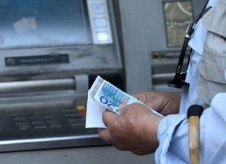 «Παγώνουν» οι αυξήσεις στις προμήθειες των τραπεζών