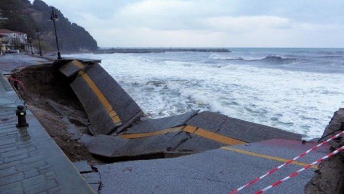 Πήλιο: Κατέρρευσε ο δρόμος στον Άη Γιάννη λόγω της κακοκαιρίας