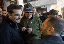 Στη Σκύρο ο πρωθυπουργός - Η βραδινή έξοδος και οι selfies