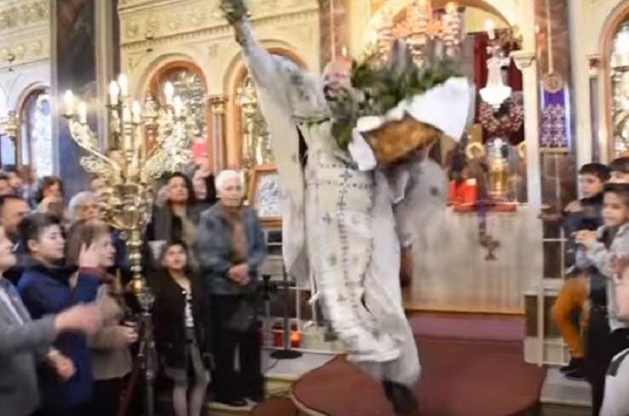 Ο «ιπτάμενος ιερέας» από τη Χίο «ξαναχτυπά»
