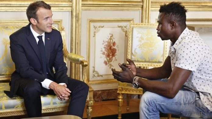 Ο «ήρωας του Παρισιού» γνώρισε τους νέους συναδέλφους του στην πυροσβεστική