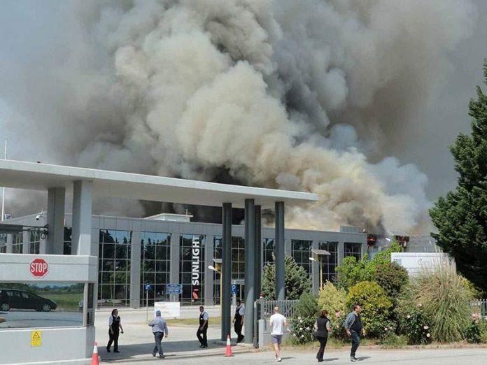 Κομοτηνή: Φωτιά σε εργοστάσιο με μπαταρίες