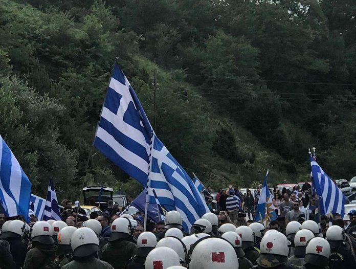 Πρέσπες: Χημικά και επεισόδια μεταξύ διαδηλωτών και ΜΑΤ