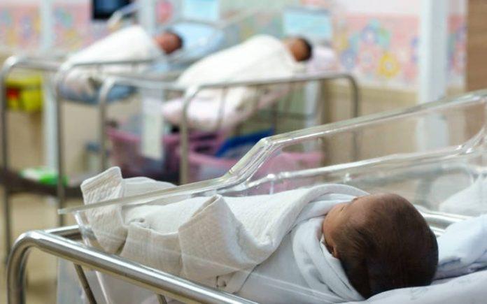 Γυναίκα είχε κάνει μεταμόσχευση νεφρού και είχε κορωνοιό και γέννησε ένα υγιέστατο μωράκι