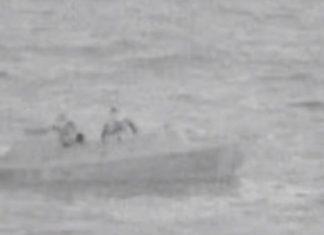 """Συγκλονιστικό ΒΙΝΤΕΟ - Η στιγμή που η φρεγάτα """"ΕΛΛΗ"""" διασώζει πυρόπληκτο ναυαγό"""
