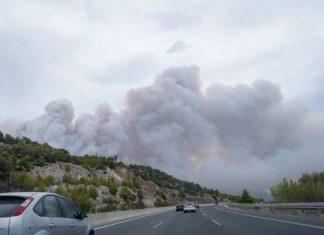 Ανεξέλεγκτη η φωτιά στα Γεράνεια Όρη - Καίγονται σπίτια στην Κινέτα