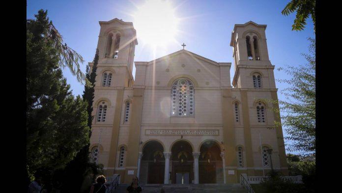 Ιερά Σύνοδος: «Ανοιχτοί μόνο για τους ιερείς οι ναοί»