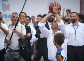 Ο Τσίπρας έπαιξε μπάσκετ