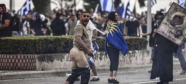ΑΠΙΣΤΕΥΤΟ! Ο γυμνός διαδηλωτής και η καλόγρια με τη μάσκα και την εικόνα της Παναγίας